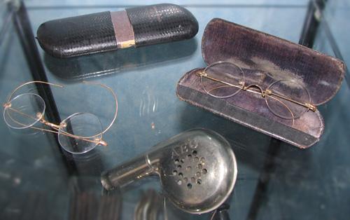 Friseur Brillen und Föhn
